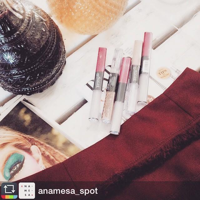 Ομορφιά στους συνδυασμούς! #Repost from @anamesa_spot with @repost_freeapp.  Mix and Match.  Lipstick by @tommygcosmetics skirt and a glass of #RedWine❤️#Backstage #AnamesaWorkshopping #Wine #Fashion #Beauty #Nails #Jewellery #BePartOfIt @anamesa_spot